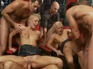 Blonde Schlampen beim Gruppenfick