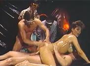 Eingeölte Schlampe im Vintage Gruppenporno