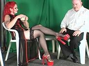 Netzstrümpfe und rote Heels