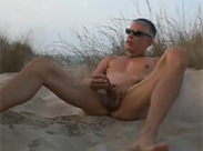 Gay Daddy wichst am Strand