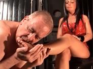 Opa Sklave beim Füße lecken