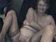 Geile Oma vor der Webcam