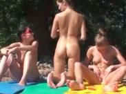 Junge Lesben ficken öffentlich am Strand