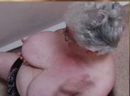 Oma mit Hängetitten haut sich auf die Brüste