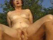 Alte Frau draussen im Freien hart durchgefickt