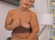 Oma findet ihre Fotze geil