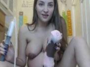 Schwangere schiebt sich einen dicken Dildo rein