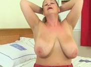 Geile Mutter mit dicken Hängetitten masturbiert