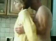 Opa fingert die Oma in der Küche