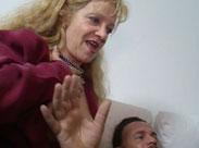 Stiefmutter zeigt der Stieftochter was guter Sex ist