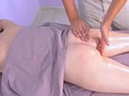 Masseur massiert die Muschi einer Hausfrau